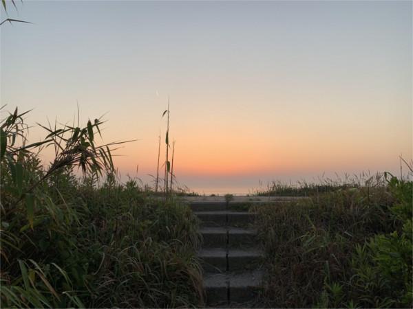 日の出の海で太陽礼拝
